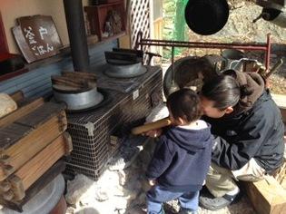 薪割りした後に、昔ながらの釜戸で飯炊き体験